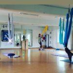 Entspannte Pause in der Aerial Yoga Ausbildung